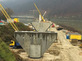 Construction of a new railway bridge across the Váh River